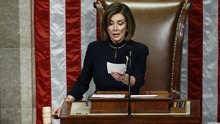 Nancy Pelosi legge il verdetto della votazione sui capi di imputazione contro Trump.