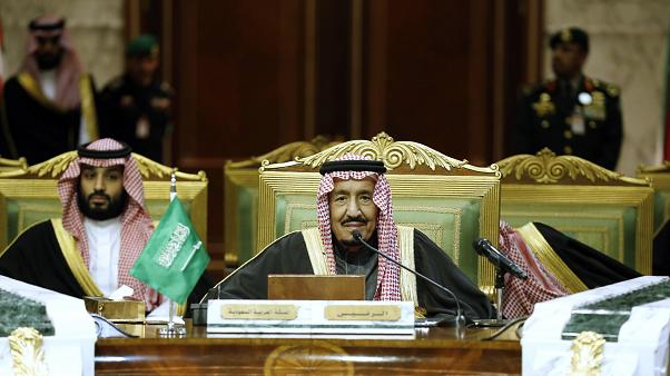 الملك السعودي سلمان بن عبد العزيز وعلى يمينه ولي العهد محمد بن سلمان