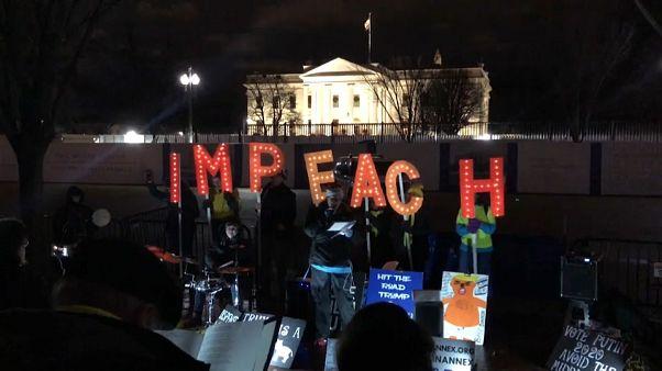 Ουάσινγκτον: Εκατοντάδες άνθρωποι διαδήλωσαν υπέρ της παραπομπής Τραμπ