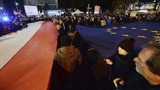 Lengyelország-szerte tüntettek a bírói függetlenség védelmében