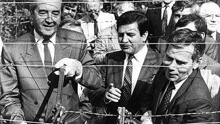 Le Premier ministre hongrois, Gyula Horn, à droite et son homologue autrichien coupent les barbelés du rideau de fer