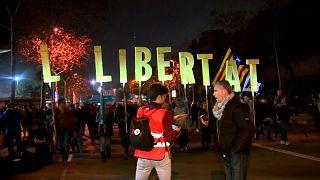 شاهد: اشتباكات عنيفة في محيط ملعب كامب نو أثناء لقاء برشلونة وريال مدريد