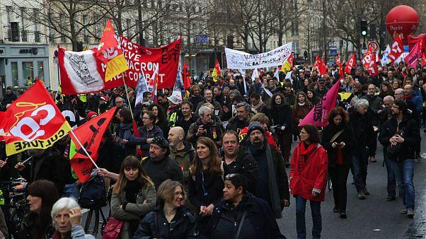 دولت فرانسه برای ترغیب اتحادیهها به وقفه در اعتصابها تلاش میکند