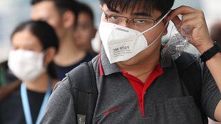 Védőmaszkot viselő gyalogos Bangkokban 2019. szeptember 30-án. Thaiföld sok tartományát, beleértve Bangkokot is, mérgező szmog lepte el reggelre virradóra
