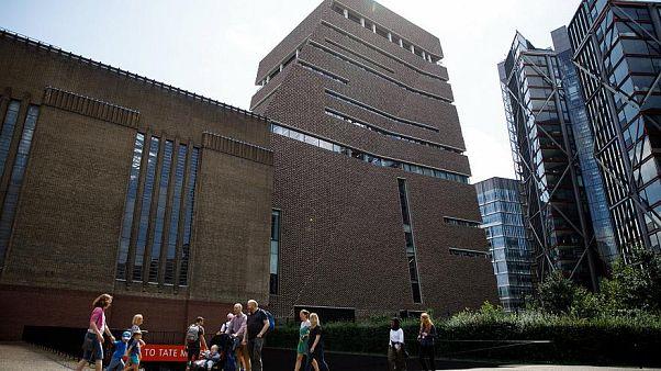 Londra Tate Modern Müzesi'ni gezerken 5 kat düşüp kurtulan 6 yaşındaki çocuk konuşmaya başladı
