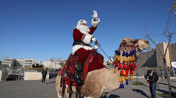 """شاهد: """"سانتا كلوز"""" يتجول على ظهر جمل في شوارع القدس"""