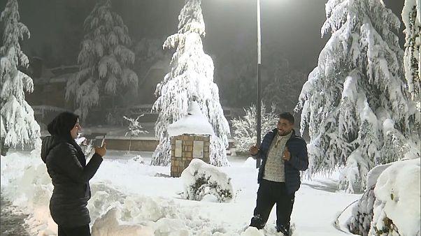 المغاربة يستمتعون بنزول الثلج