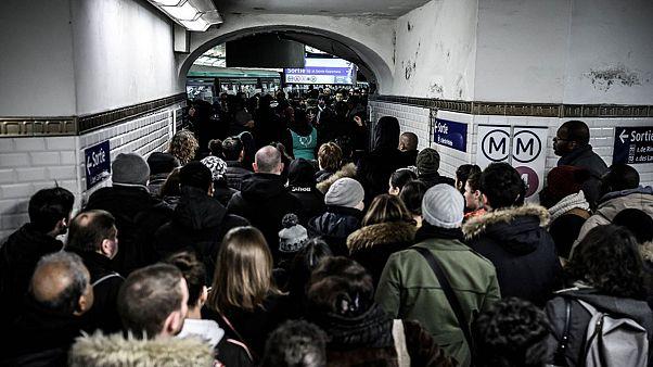 Grev nedeniyle Paris metrosunda izdiham yaşanıyor