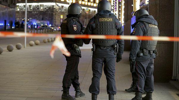 ضباط من الأمن الروسي بالقرب من مقر  جهاز أمن الدولة الروسي (إف إس بي)