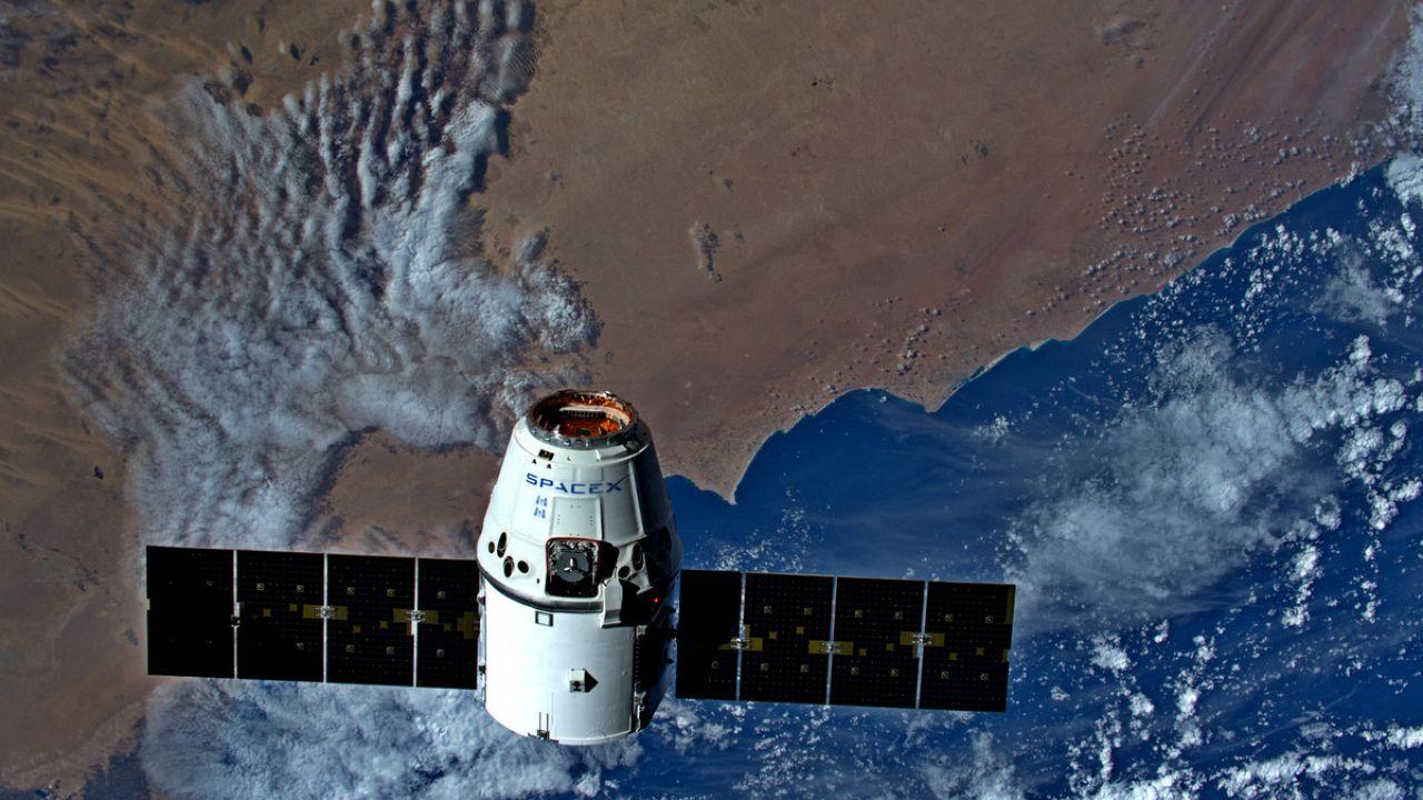 مركبة دراغون - سبيس إكس قبيل التحامها بمحطة الفضاء الدولية