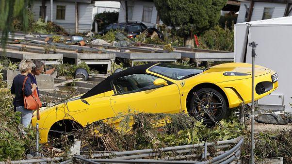 Fransa'nın iç bölgelerinde etkili olan fırtına yaklaşık 140 bin evin elektriksiz kalmasına yol açtı