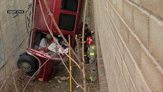 شاهد: انتشال حافلة سقطت من مرآب في الولايات المتحدة وإنقاذ سائقها