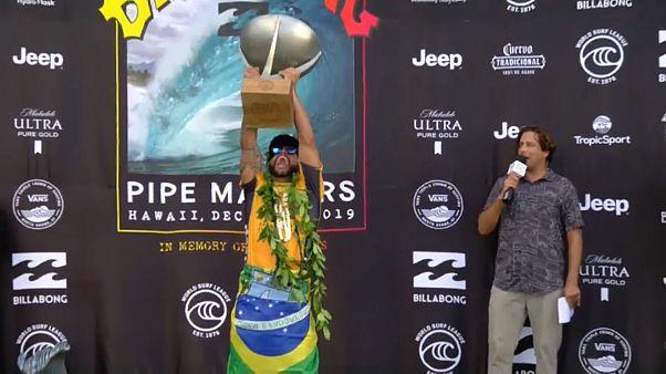 Ítalo Ferreira ergue o troféu de campeão do Mundo