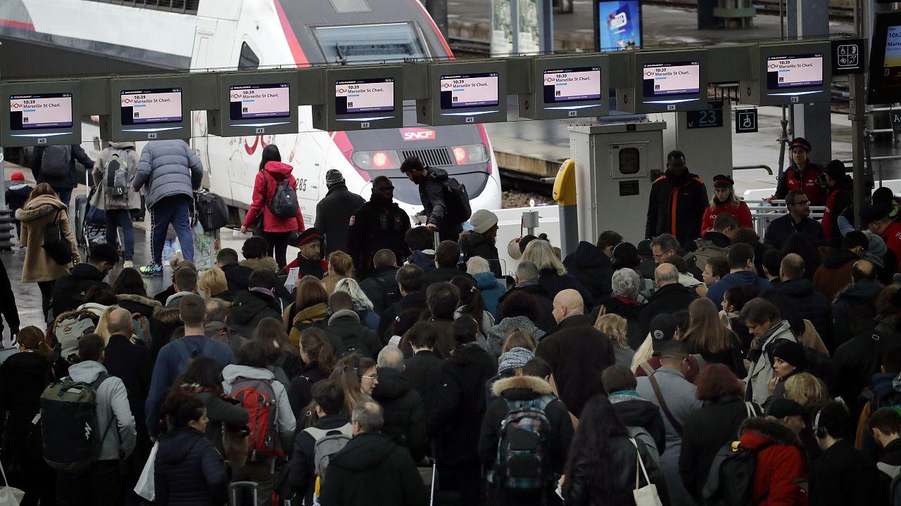 Los viajeros caminan para subirse a un tren en la Gare de Lyon, en París, el viernes 20 de diciembre de 2019.
