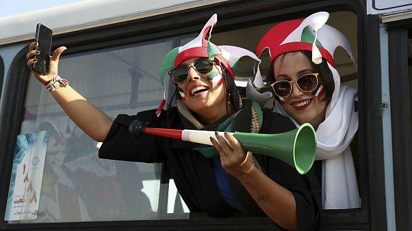 تماشاگران زن ایرانی در راه استادیوم آزادی