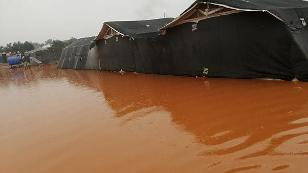 """الأمطار الغزيرة والفيضانات تترك النازحين بلا مأوى والأطفال بلا مدارس - مؤسسة """"إنقاذ الطفل"""""""