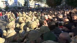 حصل تدافع بين عناصر الجيش والمتظاهرين المحتجين على تكليف حسان دياب تشكيل الحكومة المقبلة