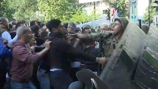 شاهد: أنصار الحريري يشتبكون مع الجيش وسط بيروت احتجاجاً على رئيس الحكومة الجديد
