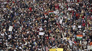 Hindistan'ın başkenti Yeni Delhi'de cuma namazı sonrası on binlerce kişi protesto düzenledi