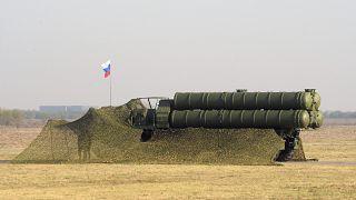 """قطعة من منظومة الدفاع الجوية الروسية """"إس-400 تريومف"""" خلال تدريبات مشتركة للجيشين الروسي والصربي"""