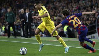 أشرف حكيمي (بروسيا دورتموند) وسيرجي روبيرتو (برشلونة) خلال مواجهة بين الناديين