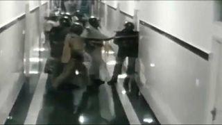قوات الأمن الهندية بأحد ممرات المستشفى