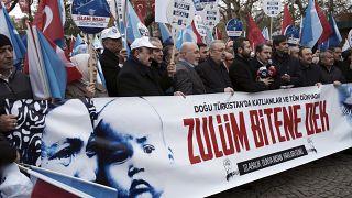 """شاهد: بعد تعليقات أوزيل.. مسيرة في تركيا لدعم أقلية """"الإيغور"""" المسلمة في الصين"""
