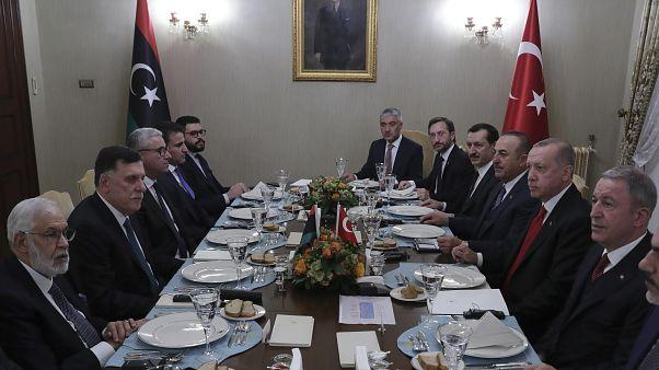 لقاء سابق بين الرئيس التركي إردوغان ورئيس حكومة الوفاق فايز السراج