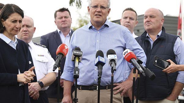بعد تعرضه لانتقادات شديدة.. رئيس وزراء أستراليا يتفقد رجال الإطفاء الذين يكافحون حرائق الغابات