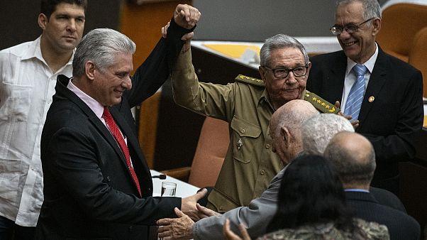 مانويل ماريرو وسط أعضاء الجمعية الوطنية في كوبا