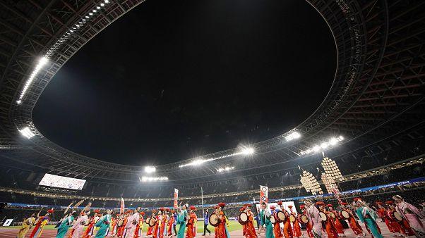 Látványos parádéval nyitott Tokió olimpiai stadionja