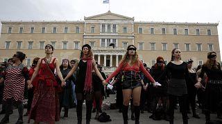 """El himno viral """"Un violador en tu camino"""" de Las Tesis resuena frente al Parlamento en Grecia"""