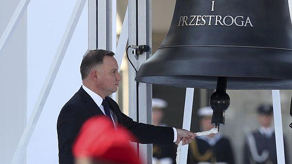 Президент Польши Анджей Дуда бьёт в Колокол памяти в Варшаве 1 сентября 2019
