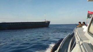 شاهد: الجيش الوطني الليبي يحتجز سفينة وأفراد طاقمها الأتراك