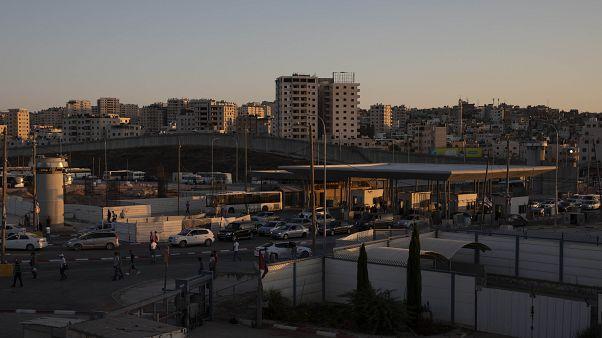 """وفاة فلسطيني مسجون لدى السلطة الفلسطينية لإدانته """"بتهريب"""" أراض لإسرائيل"""