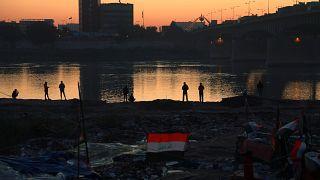 """""""شاطىء التحرير"""" في وسط بغداد.. متنفس """"الثورة"""" على ضفّة دجلة"""