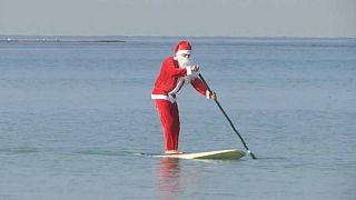 موج سواری بابانوئل در نزدیکی ساحل یافا در اسرائیل