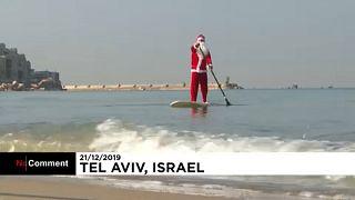 Tel Avivba még a Mikulás is SUP deszkán érkezik