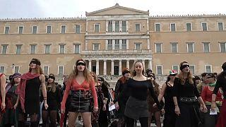 """Die virale Hymne aus Chile in Athen: """"Der Vergewaltiger bist Du"""""""