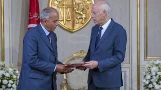 Tunus Cumhurbaşkanı Kays Said (sağ) ve hükümeti kurmakla görevlendirilen Habib el-Cemli