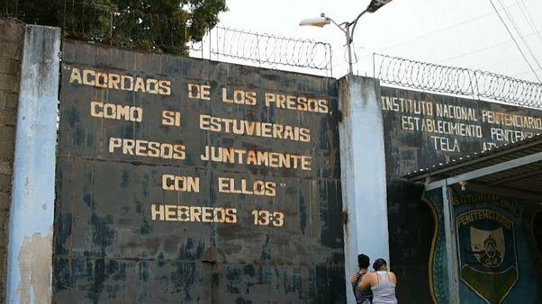 مدخل السجن حيث قضى 18 سجيناً في أعمال عنف