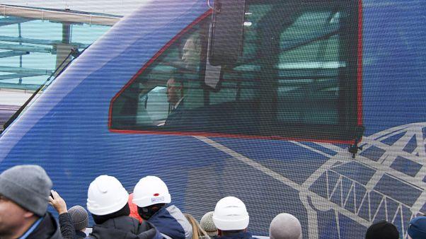 Züge auf der Krim-Brücke: Wladimir Putin gibt Schienen frei