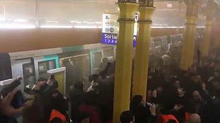 Streik an Weihnachten: Protestierende stürmen Metro und Bahngleise