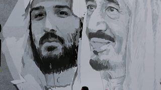 جدارية يظهر عليها رسم العاهل السعودي وابنه محمد بن سلمان في الرياض