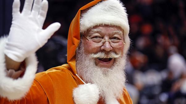 Noel Baba hediyelerini dağıtmak için kızağı ile çıkacağı dünya turuna hazırlanıyor
