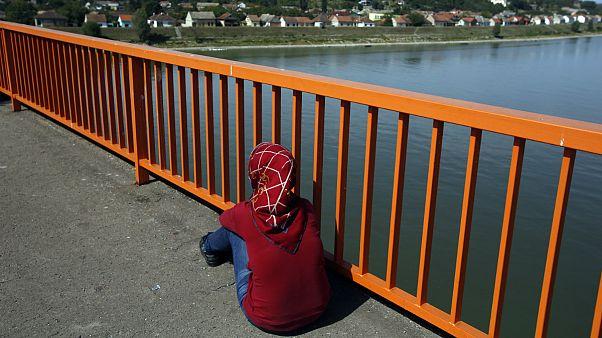 یک زن پناهجو روی پلی مسدود بر روی رودخانه دانوب