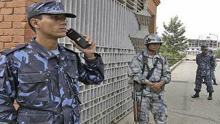 رجال شرطة نيباليون يقفون عند مدخل مكتب لجنة الانتخابات في كاتماندو ، نيبال