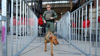 لماذا أوقفت الولايات المتحدة إرسال الكلاب المدرّبة إلى مصر والأردن؟