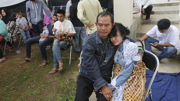 Endonezya'da yolcu otobüsü nehre yuvarlandı: En 25 kişi hayatını kaybetti