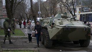 آلية عسكرية روسية مركونة في سيمفروبول في شبه جزيرة القرم